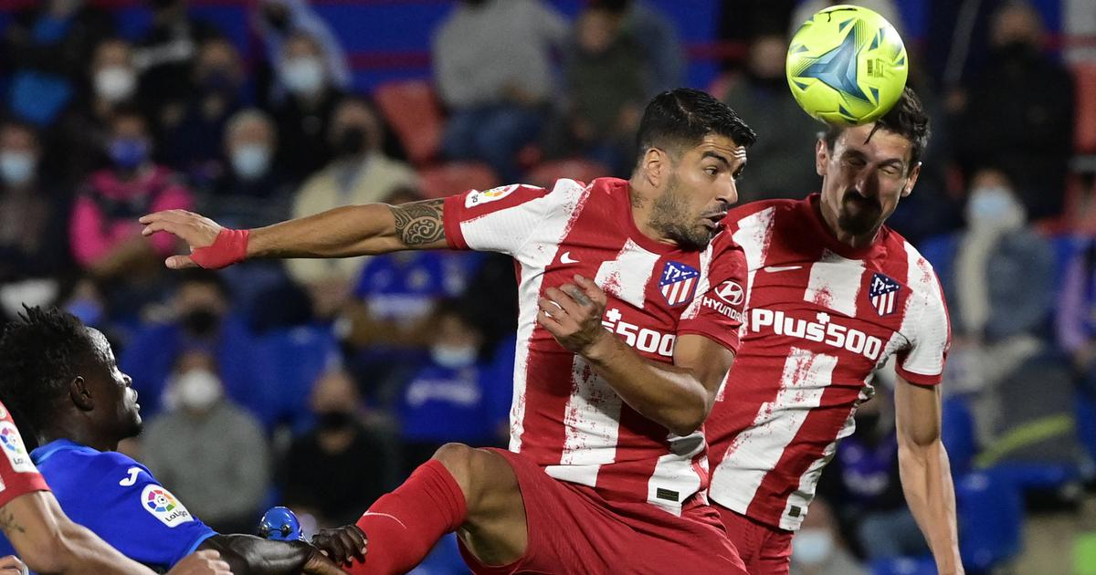 Luis Suarez takes Atletico Madrid to top with late double strike against Getafe